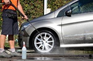 Lavare l'auto in autolavaggio: cosa è bene sapere